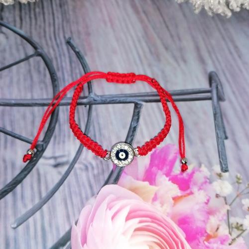 Красный браслет с кулоном от сглаза