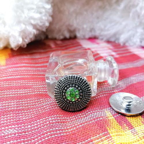 Кнопка с зелёными стразами