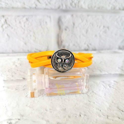 Жёлтый браслет под кнопку
