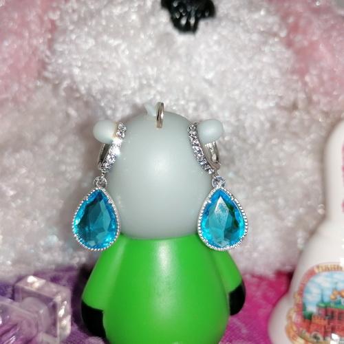 Серебристые серьги-капли со стразами и голубыми кристаллами