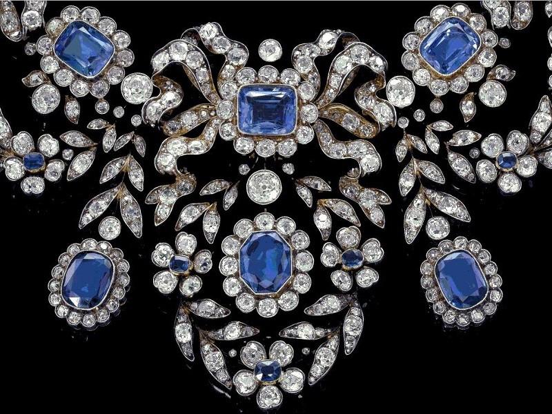 Сочетание алмазов и сапфиров с одеждой