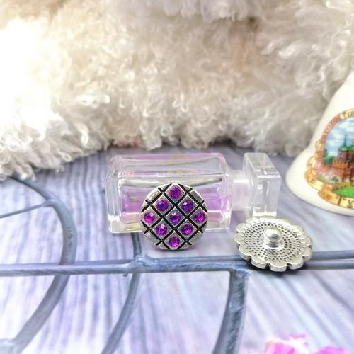 Кнопка с фиолетовыми стразами