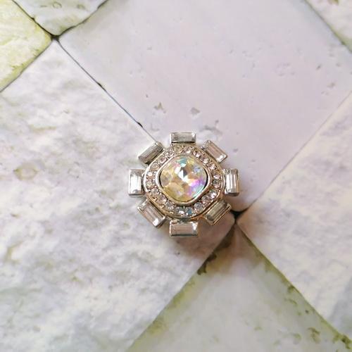 Кнопка-снежинка с прозрачными стразами